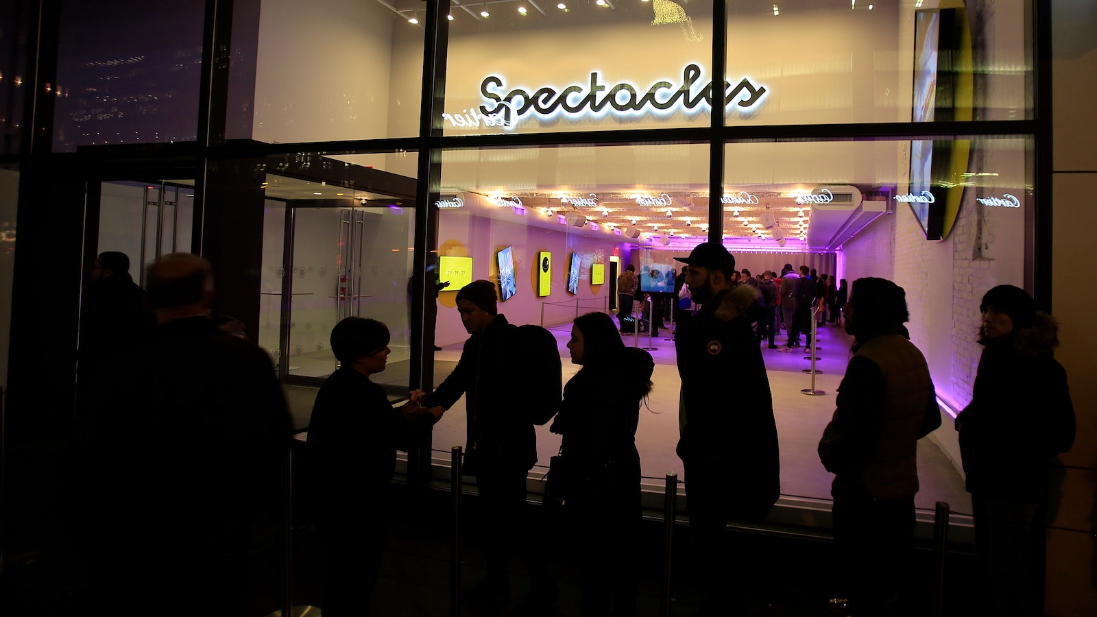 Customers standing outside Snap's Spectacles store in New York in December last year. Photo by Bloomberg.