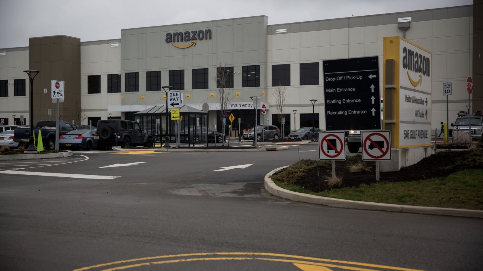Amazon's Staten Island, N.Y. warehouse. Photo by Bloomberg