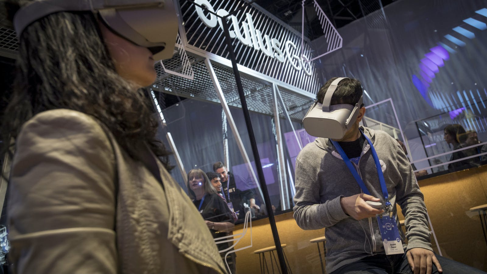 People wearing Oculus Go headsets in 2018. These devices have already been discontinued. Photo by Bloomberg.